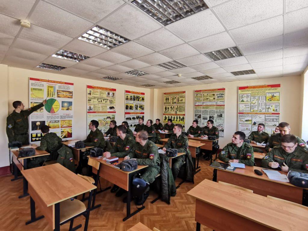 Будущие артиллеристы – студенты военного учебного центра при ВГУ проходят стажировку в должностях командиров взводов